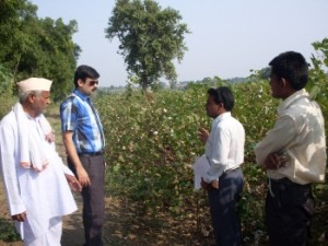 Manish Daga (at left, in blue) educating Indian cotton growers.